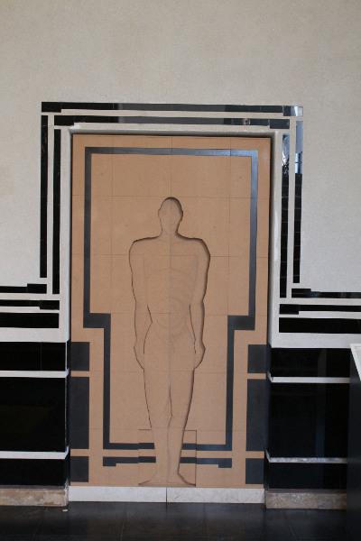 Der Mensch im Mittelpunkt. Die schwarzen Elemente sind aus Glas gefertigt.